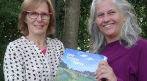 Ria en Monique met het boek: Leve de Kleine Breeze