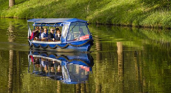 Sfeerfoto van mensen die in een klein bootje varen